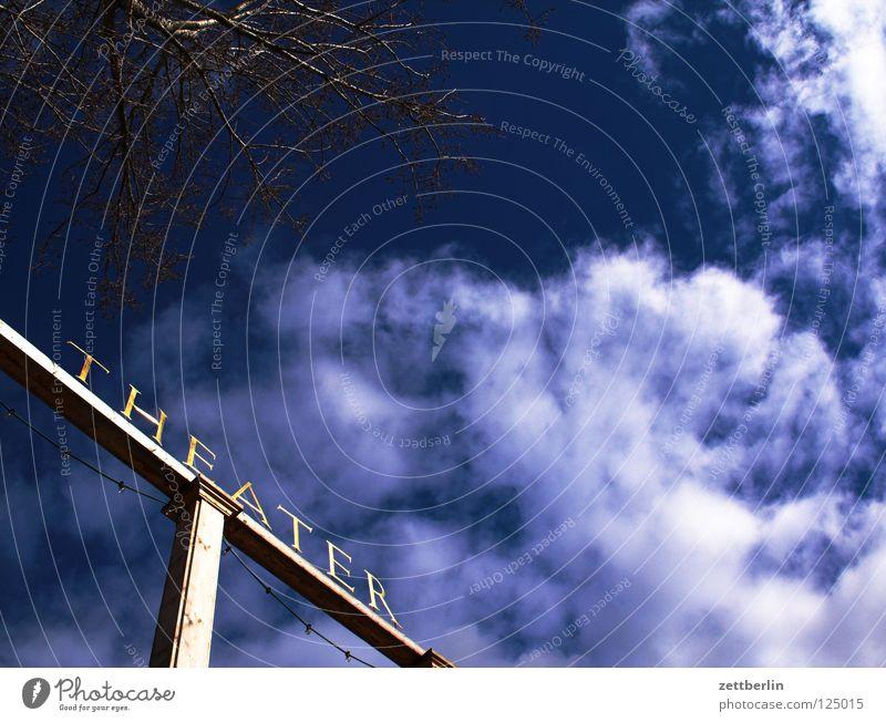 Theater Himmel Wolken Schriftzeichen Buchstaben Typographie dramatisch himmelblau