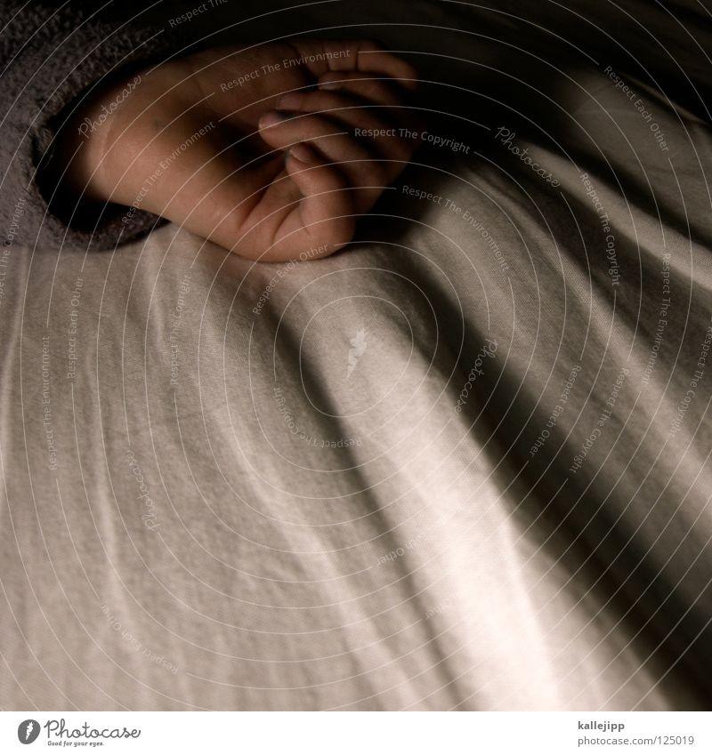 kinder an die macht klein zart fein Finger Daumen Zeigefinger Hand schlafen Nacht Bettlaken träumen Lampe Nachttisch horizontal Drahtzieher ruhig Erholung