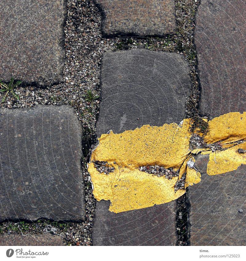 37° Warnfarbe Physik Wölbung erhitzt rücksichtslos erdig kennzeichnen Verkehrswege Konzentration Graffiti Wandmalereien Straße Kopfsteinpflaster Farbe Parkzone