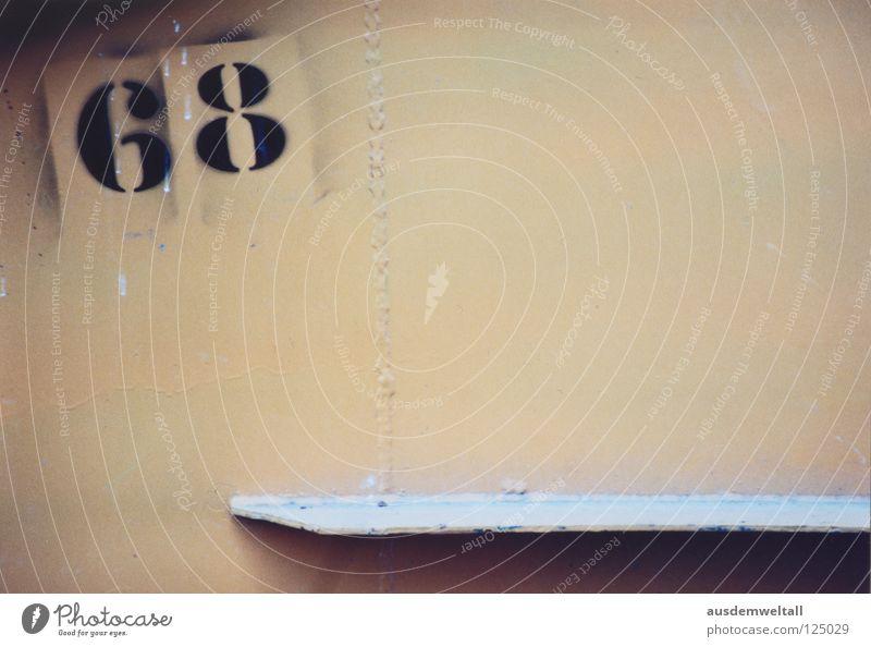[68] Ziffern & Zahlen Wand Haus schwarz beige Leipzig Süden Detailaufnahme Farbe zweistellig Holzbrett südvorstadt ananlog color Scan