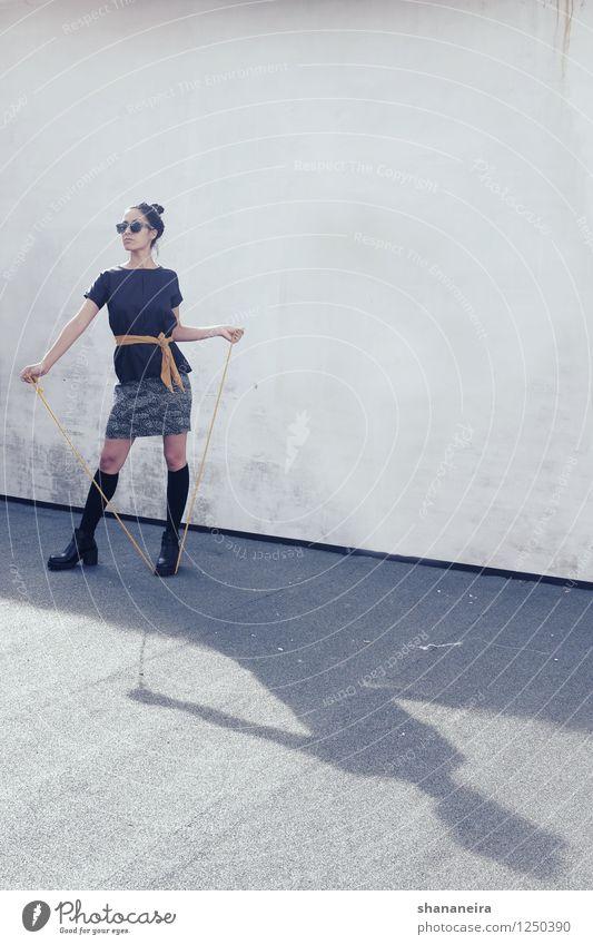 rooftop feshn Mensch Jugendliche Junge Frau feminin Mode Seil Coolness Model selbstbewußt Strümpfe schwarzhaarig Stiefel Schattenspiel