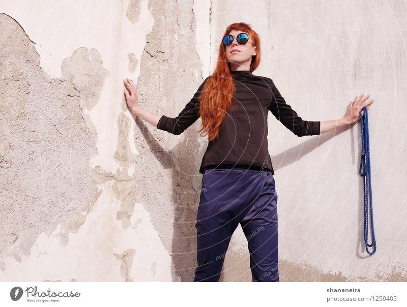 strick I Mensch feminin Junge Frau Jugendliche 1 Mauer Wand rothaarig Mode Seil Model Sonnenbrille Außenaufnahme Textfreiraum links Vorderansicht