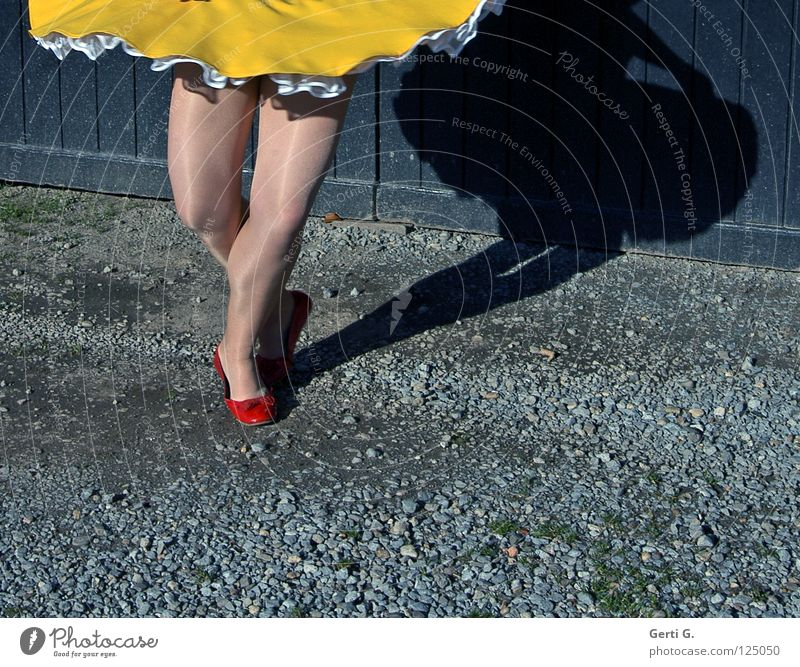 *knicks* Frau rot Mädchen Freude gelb Holz grau Bewegung Wege & Pfade Beine Schuhe Tanzen elegant Bodenbelag dünn Freundlichkeit