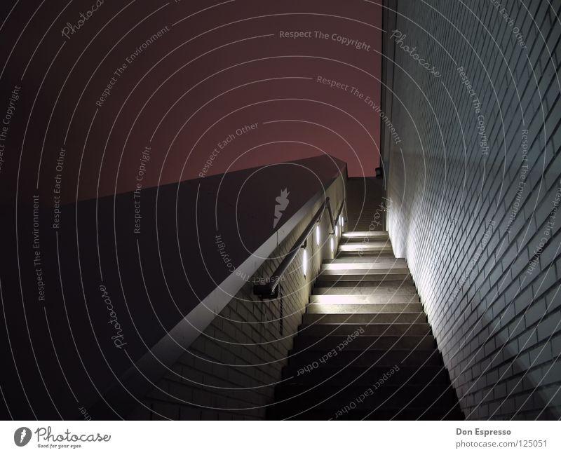 Treppenpyramide rot Lampe Mauer Linie Geländer graphisch Pyramide Nachtaufnahme Bremerhaven