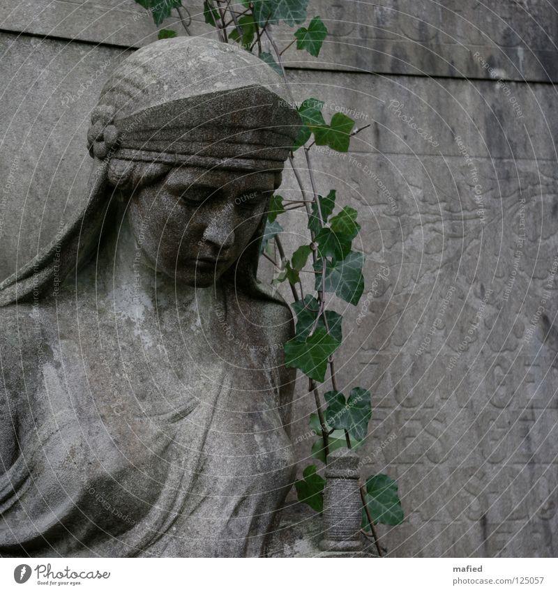 Heldentod grün Garten grau Stein Park braun Brand Trauer Statue Denkmal Krieg chaotisch Zerstörung Friedhof Grab Efeu