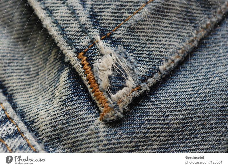 Auflösung Naht Bekleidung Hose Jeanshose Loch schäbig alt geplatzt gerissen Textilien Stoff Faser Abrieb kaputt schwarz weiß gelb Diesel Patchwork Makroaufnahme
