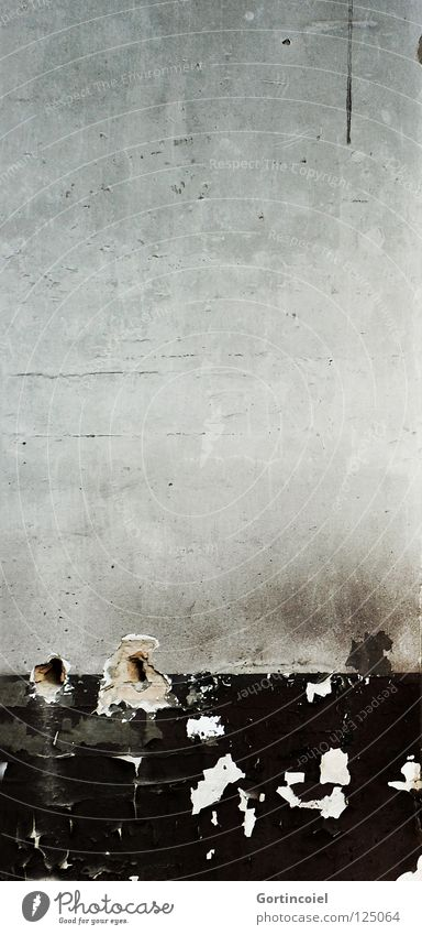 Die Wand alt schwarz Mauer grau Stein Fassade dreckig Beton trist kaputt Vergänglichkeit verfallen Verfall schäbig Riss