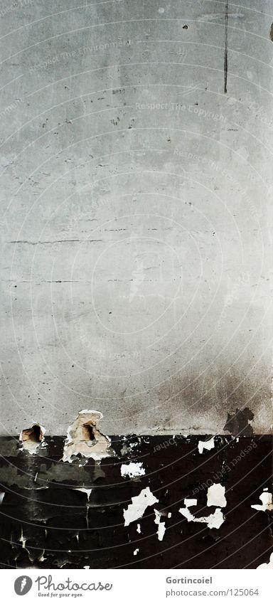 Die Wand alt schwarz Wand Mauer grau Stein Fassade dreckig Beton trist kaputt Vergänglichkeit verfallen Verfall schäbig Riss