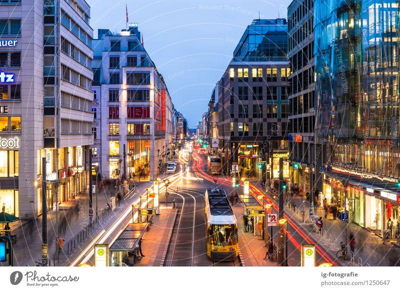 Nachtzeit in Berlin Friedrichstraße Bahnhof Friedrichstraße Deutschland Berufsverkehr Straßenverkehr Bahnfahren Ampel Straßenbahn Gefühle Macht Tatkraft