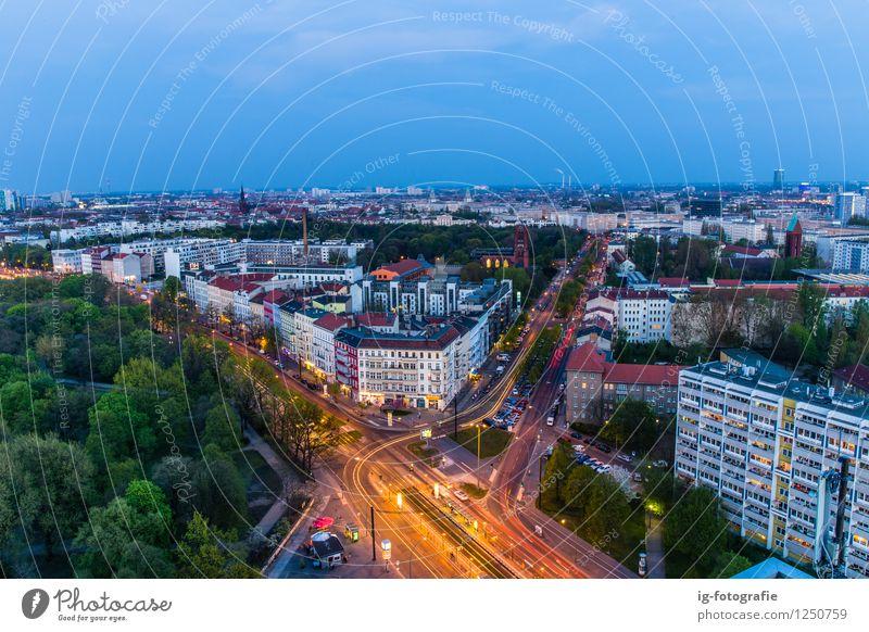 Verkehr in Berlin Skyline Berufsverkehr Autofahren Straße Bewegung leuchten nacht Nachthimmel Fahrbahn Verkehrswege Licht Blaue Stunde Panorama (Aussicht)