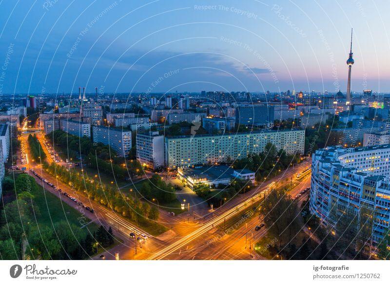 Berlin bei Nacht Berliner Fernsehturm Deutschland Hauptstadt Wahrzeichen Warmherzigkeit Romantik nacht Langzeitbelichtung Architektur schön Blauer Himmel