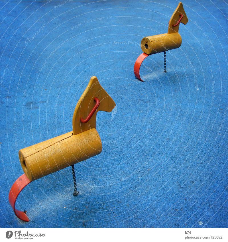 FREAKY PLAYGROUND blau rot Freude gelb Spielen Holz Freiheit außergewöhnlich Kindheit Pferd Spielzeug Verkehrswege Kindergarten Spielplatz erste fertig