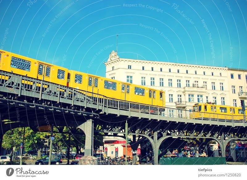 Berlin Schlesisches Tor Kreuzberg Sommer Haus Nachtleben ausgehen Architektur Eisenbahn Hochbahn U-Bahn Gleise Ferien & Urlaub & Reisen blau orange Kneipe