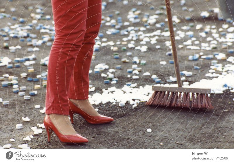 Woman in Red rot Frau Besen Schuhe Hose Müll Mensch Beine red woman broom legs shoes trousers garbage waste
