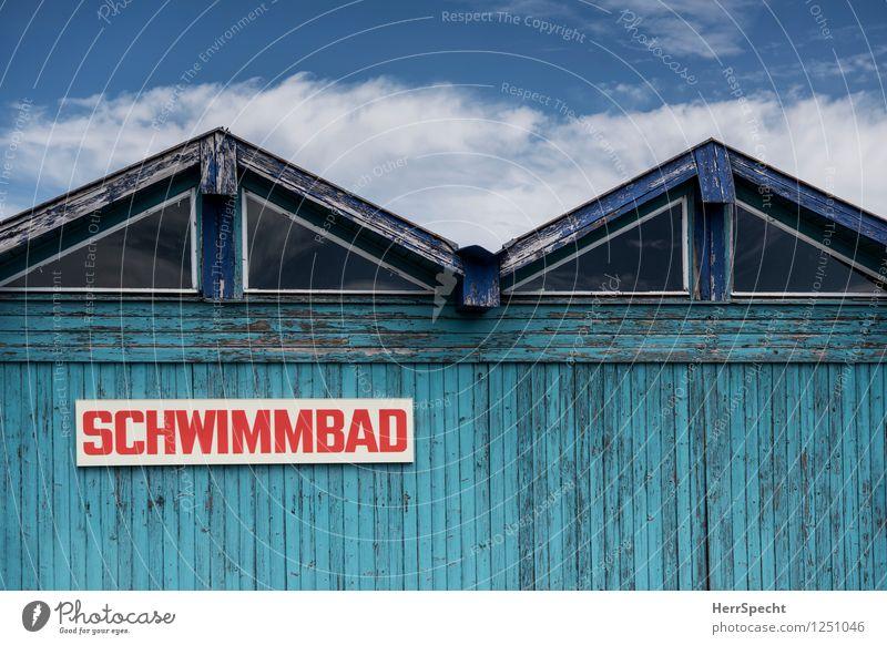 Sommer, Sonne, Schwimmbad alt blau schön Haus Farbstoff Gebäude Holz Schwimmen & Baden Schilder & Markierungen Schriftzeichen Hinweisschild Freundlichkeit Dach