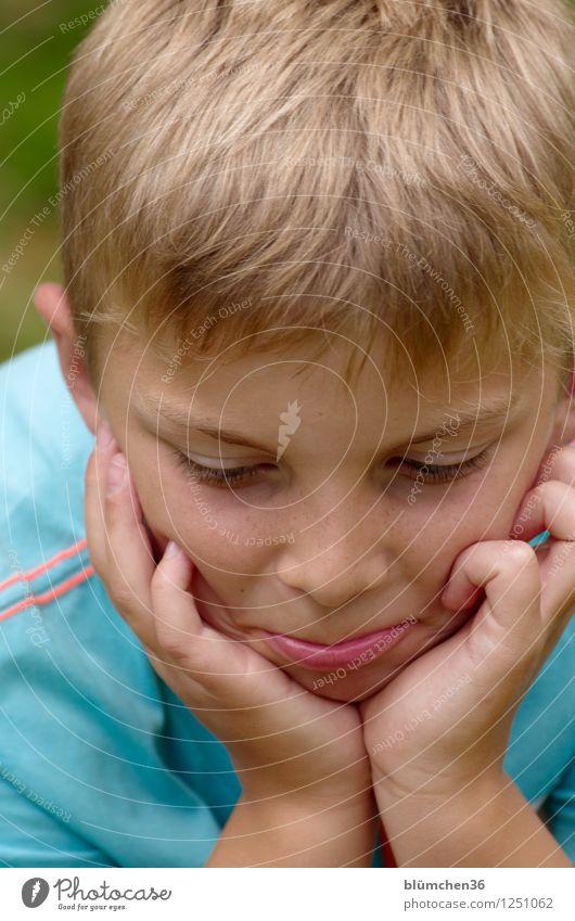Schmoll-Modus Mensch maskulin Kind Junge Kindheit Kopf Haare & Frisuren Hand 8-13 Jahre Blick authentisch natürlich blond Schmollmund beleidigt sprechen