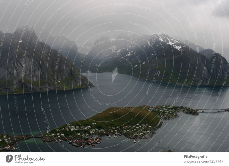 Reine - Lofoten Himmel Natur Ferien & Urlaub & Reisen Meer Einsamkeit Landschaft ruhig Wolken Haus Berge u. Gebirge Umwelt Wiese Schnee Küste Felsen Nebel