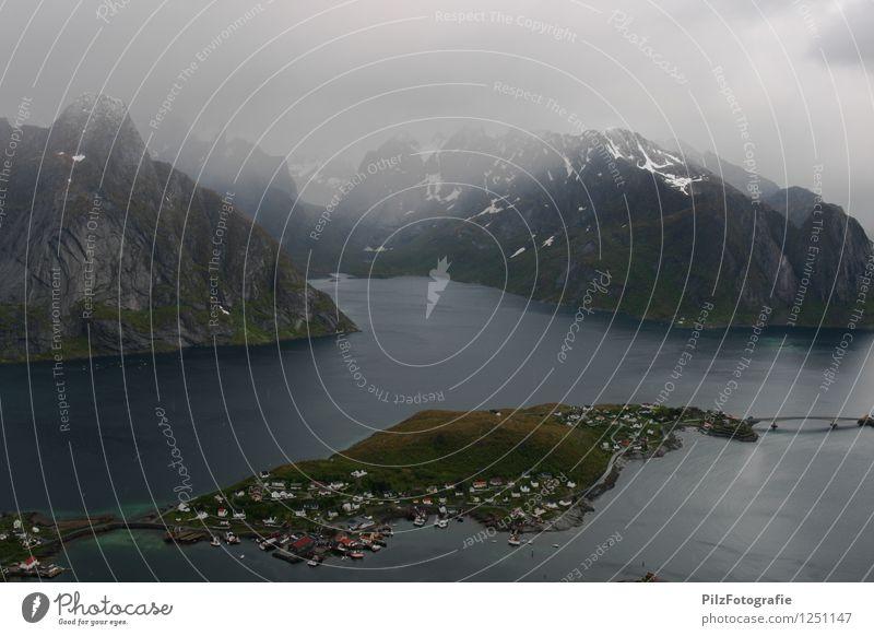 Reine - Lofoten Umwelt Natur Landschaft Himmel Wolken Nebel Schnee Wiese Felsen Berge u. Gebirge Gipfel Schneebedeckte Gipfel Küste Bucht Fjord Meer Insel