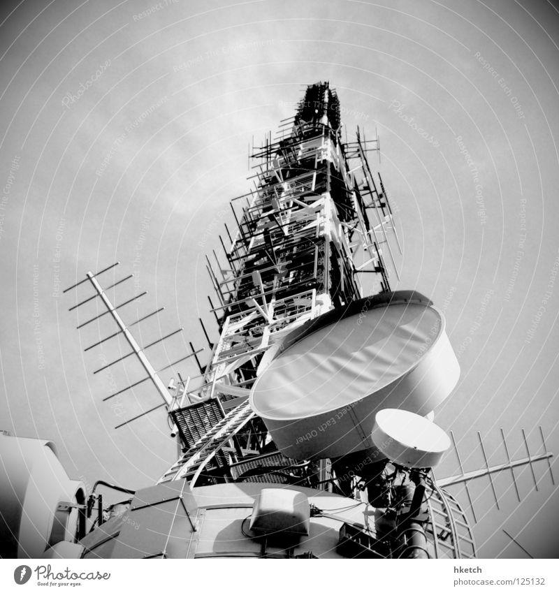 I'm the Antenna, catching vibration Beleuchtung Kommunizieren Fernsehen Telekommunikation Radio Strommast Schwarzweißfoto Antenne Fernsehturm Überwachung spionieren senden Frankfurt am Main Sender überwachen