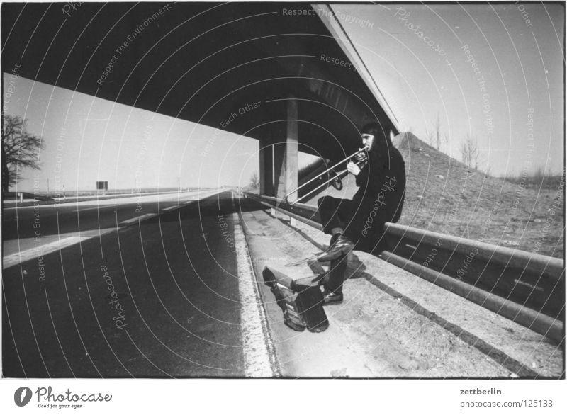 Autobahn Jugendliche Verkehr Brücke DDR Fernweh Fahrbahn Straßenrand Musikinstrument Seitenstreifen Leitplanke trampen Posaune Blasinstrumente