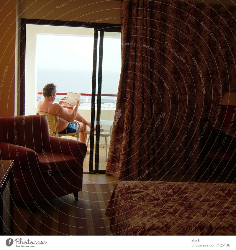 so ist urlaub! Mann Kerl maskulin Lanzarote Landschaft Hintergrundbild Horizont Meer See Hotel Hotelzimmer Raum Sessel Bett Zeitung lesen Balkon Oberkörper