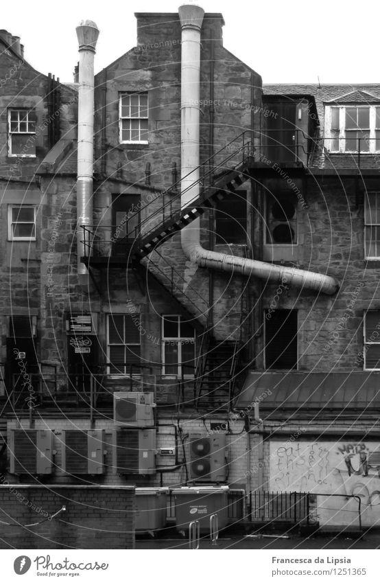 Hinterhof Stadt dunkel Wand Herbst Gebäude Mauer grau Fassade Treppe authentisch Klima Vergänglichkeit Wandel & Veränderung historisch gruselig Stadtzentrum