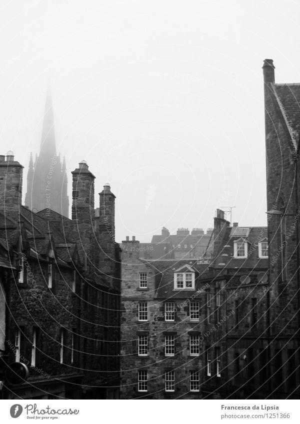 Typisch Schottland Städtereise Herbst schlechtes Wetter Nebel Edinburgh Stadt Menschenleer Kirche Architektur Mauer Wand Fassade Dach Schornstein Stein alt
