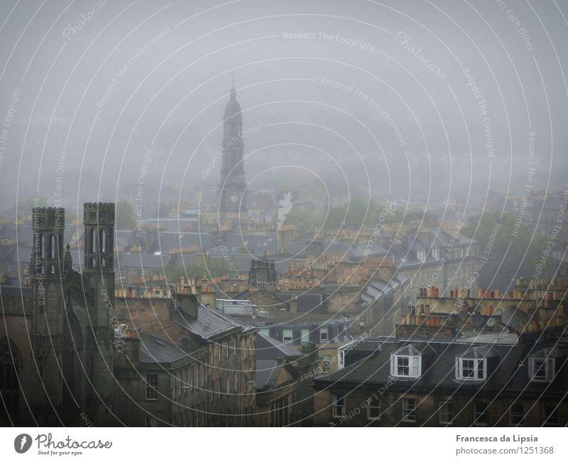 Edinburgh im Nebel Städtereise Schottland Großbritannien Europa Stadt Hauptstadt Stadtzentrum Menschenleer Kirche Dach Schornstein dunkel gruselig historisch