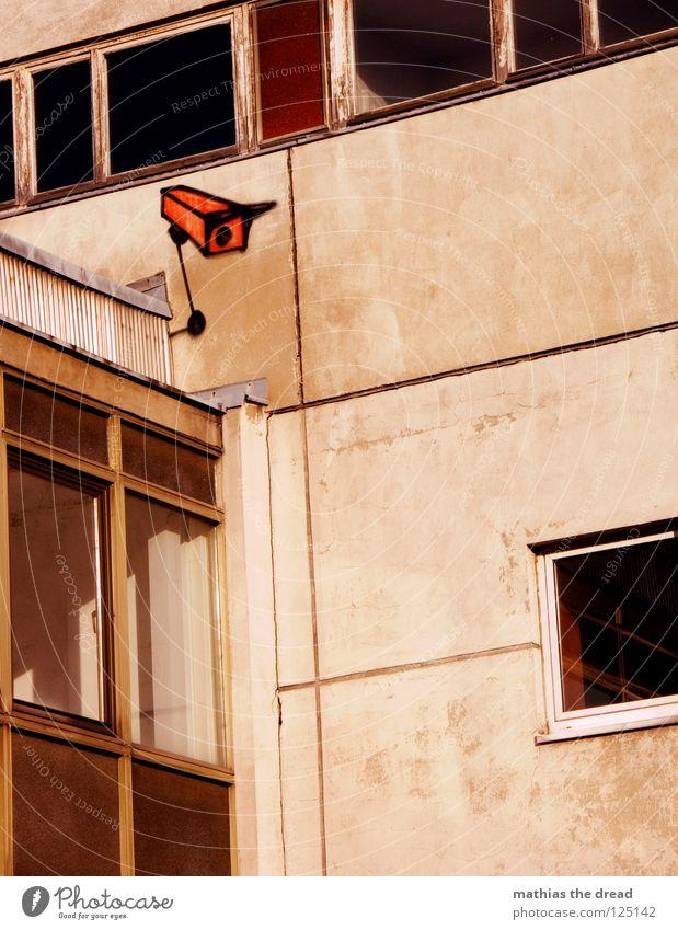 ÜBERWACHUNGSSTAAT alt rot Haus schwarz Einsamkeit Farbe dunkel Wand grau Traurigkeit Mauer Gebäude Linie Graffiti braun orange