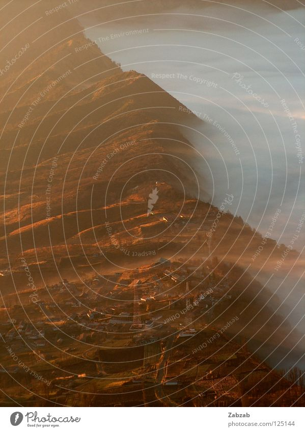 Bromo weiß rot Ferien & Urlaub & Reisen ruhig Haus Wolken Berge u. Gebirge Glück Zufriedenheit Nebel Asien Dorf sanft Tal Vulkan Indonesien