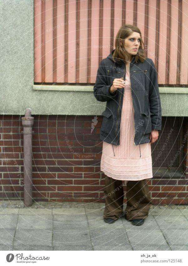 to show myself to you Frau Zigarette Balkon Bürgersteig Kapuze Mauer Wand Straße
