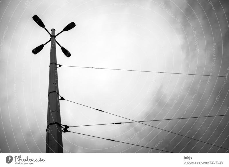 Die 4 Großstadtcowboys Kabel Energiewirtschaft Himmel Wolken Gewitterwolken schlechtes Wetter Menschenleer Straßenbeleuchtung Straßenkreuzung Drahtseil Metall