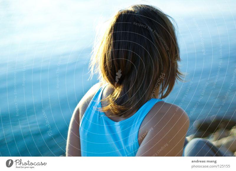 Sehnsucht Frau Wasser Sonne Meer blau Einsamkeit Erholung See Zufriedenheit Küste warten sitzen Fluss beobachten Sehnsucht genießen