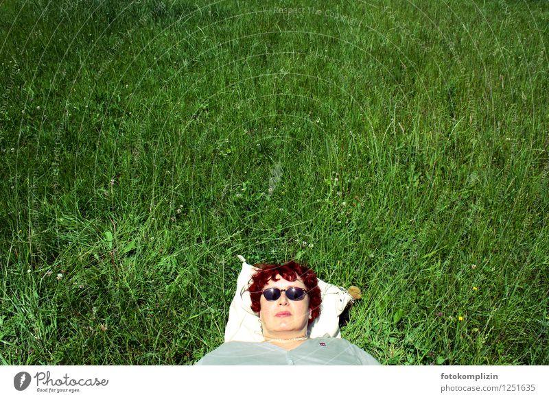 cool madame im gras Mensch Frau Sommer Erholung Einsamkeit ruhig Gesicht Erwachsene Wiese natürlich feminin Gesundheit Kopf liegen Park träumen