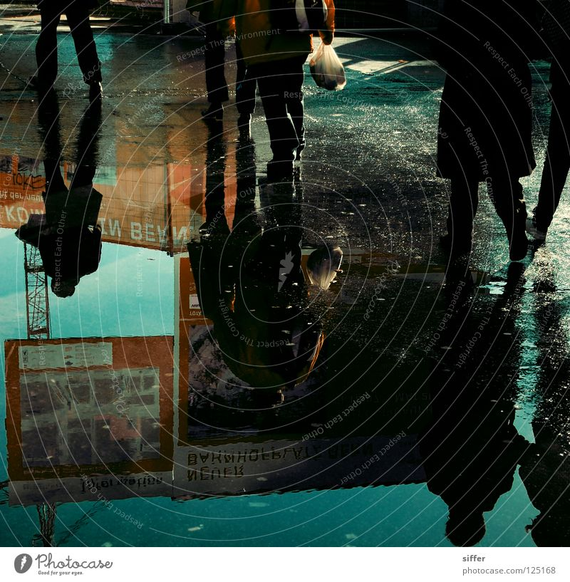 kopf hoch.... (nächstes foto) Reflexion & Spiegelung Pfütze Plakat Mensch Stress 2 durcheinander kaufen schreiten nass Teer Licht rot schwarz weiß dunkel Aktion
