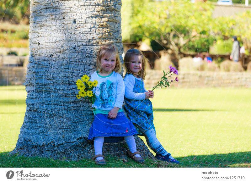 Schwestern Mensch Kind Natur Blume Mädchen feminin Spielen Glück Familie & Verwandtschaft Garten Zusammensein Freundschaft Park Kindheit Fröhlichkeit