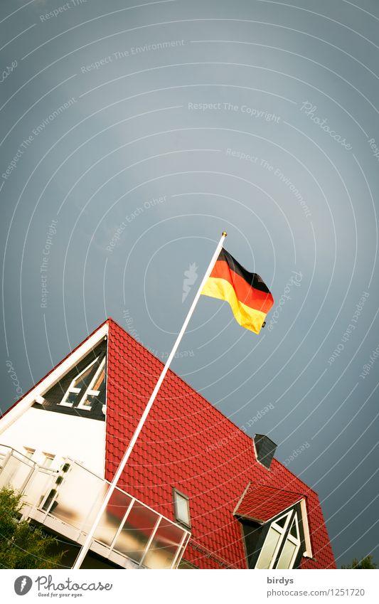 Schland unter Häusliches Leben Haus Gewitterwolken Wind Deutschland Einfamilienhaus Deutsche Flagge ästhetisch Kitsch Originalität Stadt Verlässlichkeit