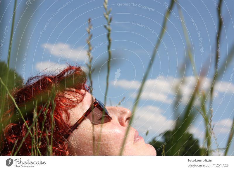 sonnen_schlaf 2 Gesicht Gesundheit Wellness Wohlgefühl Erholung ruhig Sommer Garten Frau Erwachsene Himmel Frühling Gras Wiese Sonnenbrille liegen träumen