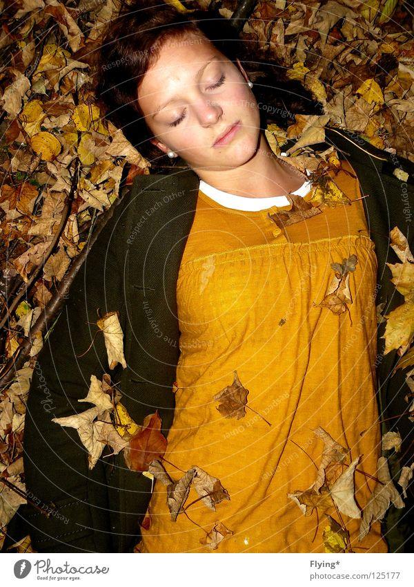 dornröschen Blatt Herbst Mädchen schlafen gelb grün Erholung Unendlichkeit untergehen Stimmung Frieden Mantel harmonisch Vertrauen Tod beerdigen Natur