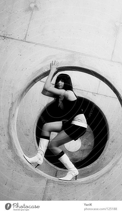 hamstergirl Frau Halt festhalten stehen rund Beton Betonwand Wand Parkhaus Parkdeck Stiefel Damenschuhe Schuhe hohl interessant frisch Minirock schwarz weiß