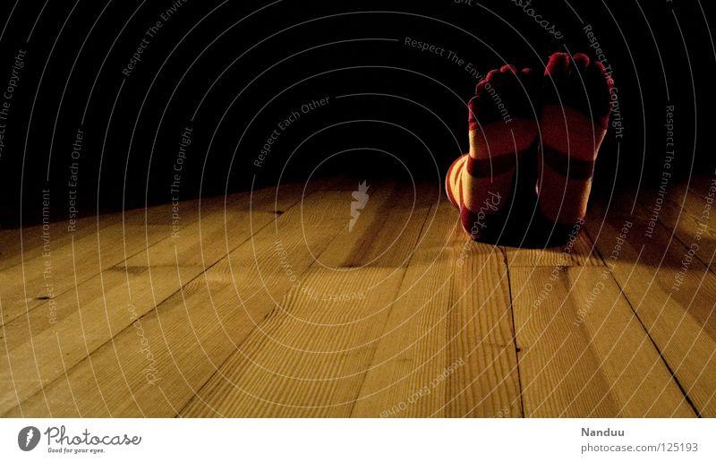 La danse des chaussettes | Ende Strümpfe Ringelsocken Kniestrümpfe gestreift Parkett Bühne dunkel Scheinwerfer Tanzen Low Key schlafen vergangen abgelegen ruhig