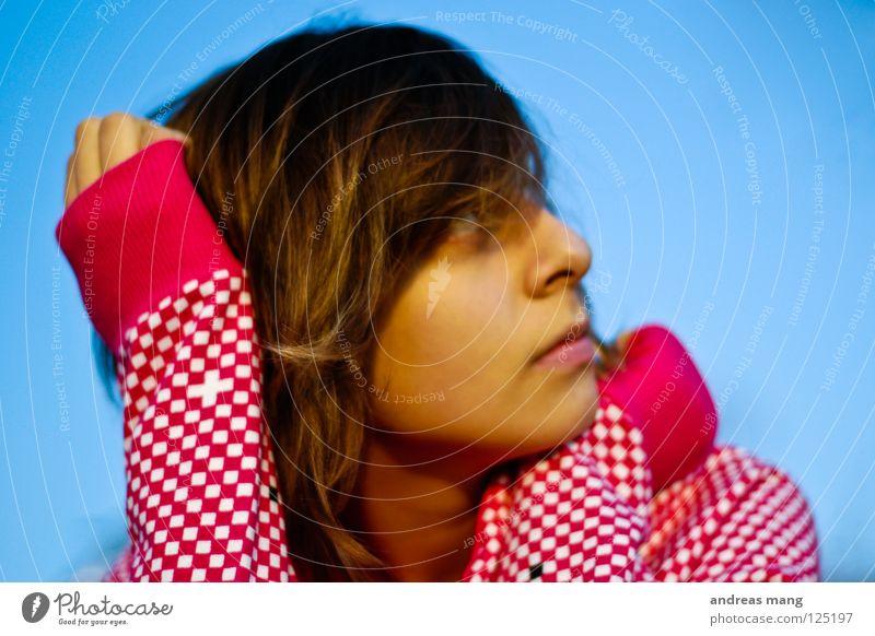 dreaming of a better life Frau Erholung Sehnsucht genießen Himmel verträumt woman waiting warten Zufriedenheit relaxing chilling sit sitting sitzen blau blue