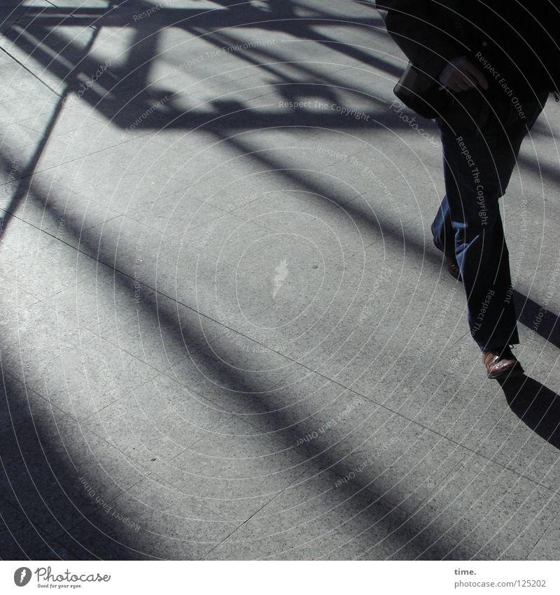 Walkin' The Hall (I) Mann Einsamkeit dunkel grau hell Stimmung gehen laufen warten maskulin Schilder & Markierungen Idee Flüssigkeit schreien Verkehrswege