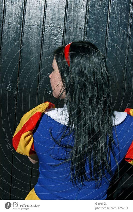 lady in black Frau Kind Mädchen Gesicht schwarz Einsamkeit Gefühle Holz Haare & Frisuren Haut glänzend Wind Rücken Bekleidung Kleid Hinterteil