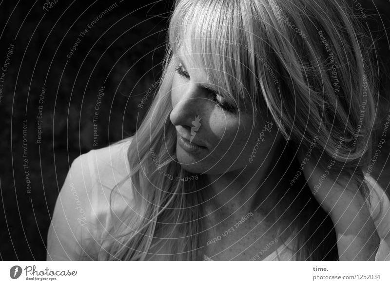 . feminin Frau Erwachsene 1 Mensch Hemd blond langhaarig beobachten festhalten Blick träumen warten schön Gefühle Zufriedenheit Lebensfreude selbstbewußt