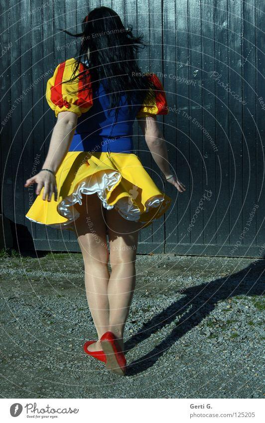 movin' Schneewittchen Märchen Mädchen schwarz mehrfarbig Frau Kleid schwarzhaarig langhaarig Holz Drehung drehen Schwung Swing Strumpfhose Balletttänzer