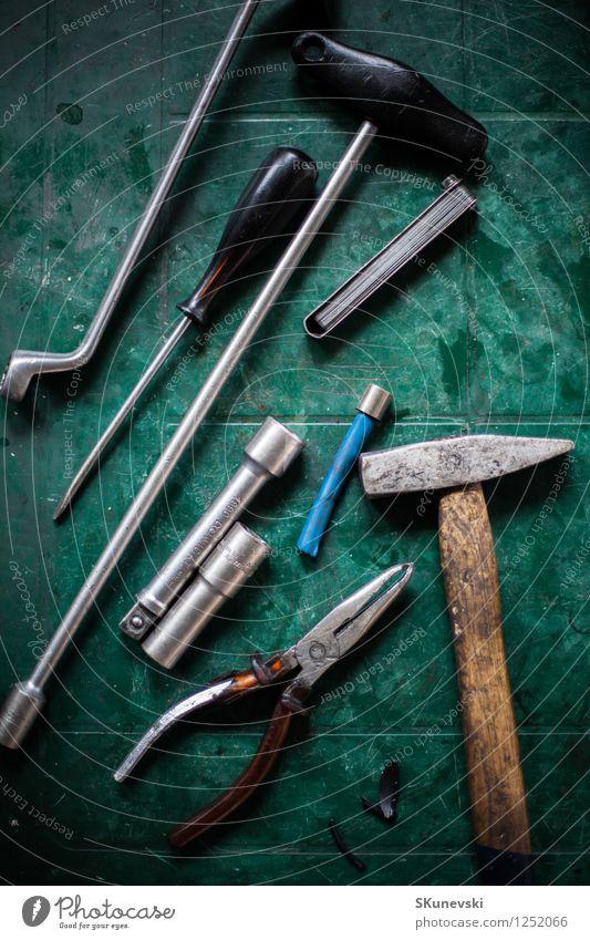 Verschiedene Kfz-Werkzeuge Schraubendreher Hammer Zange Metall Stahl Kunststoff alt grau grün schwarz Mechanik Werkstatt Rost Farbfoto Innenaufnahme