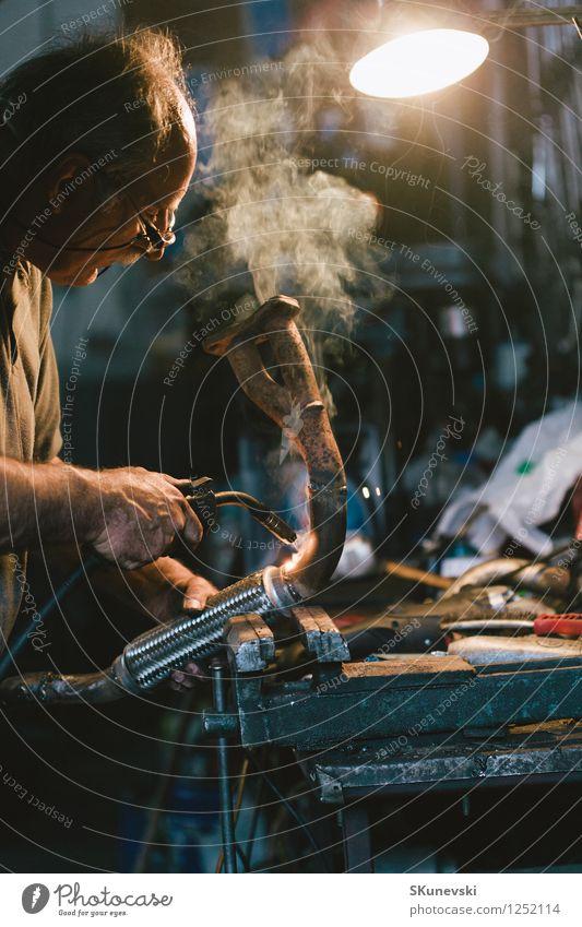 Handwerker Schweißstahl Arbeit & Erwerbstätigkeit Fabrik Baustelle Werkzeug Industrie Mensch Mann Erwachsene Kopf Arme 1 60 und älter Senior alt dunkel