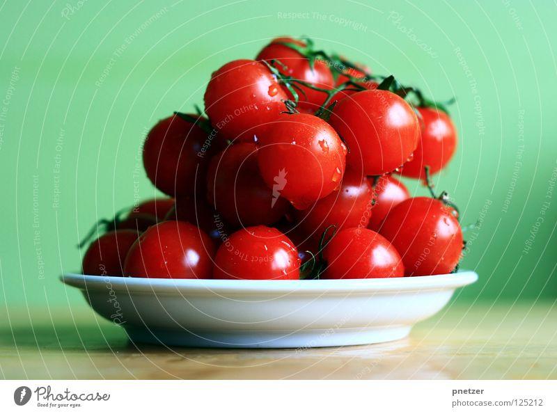 Tooomaten zum Frühstück rot Gesundheit klein Cocktail nass frisch lecker grün Wand Tisch Holz Gemüse Frucht Freude Tomate Wasser Wassertropfen Ernährung