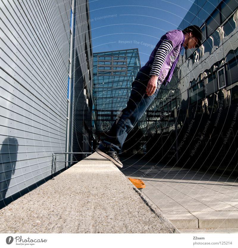 Balance Mensch weiß Stadt rot Wand Fenster Mauer Gebäude Architektur Beton Beginn Jeanshose gefährlich stehen bedrohlich violett